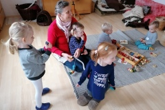 Navlékání děti moc baví