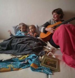Před spaním si zahrajeme na kytaru