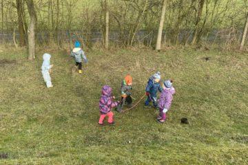 Děti si hrají s lanem