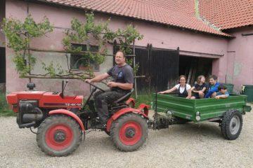 Jízda na traktoru nesmí chybět