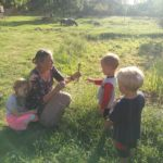 Z trávy mohou děti ve školce plést různé postavičky.